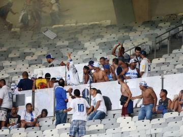 Aficionados del Cruzeiro lanzan sillas al campo