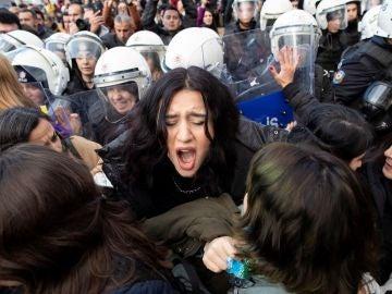 La policía turca dispersa a las mujeres que participan en la coreografía de la canción 'Un violador en tu camino'