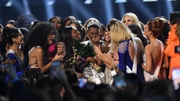 Las candidatas rodean a la ganadora de Miss Universo