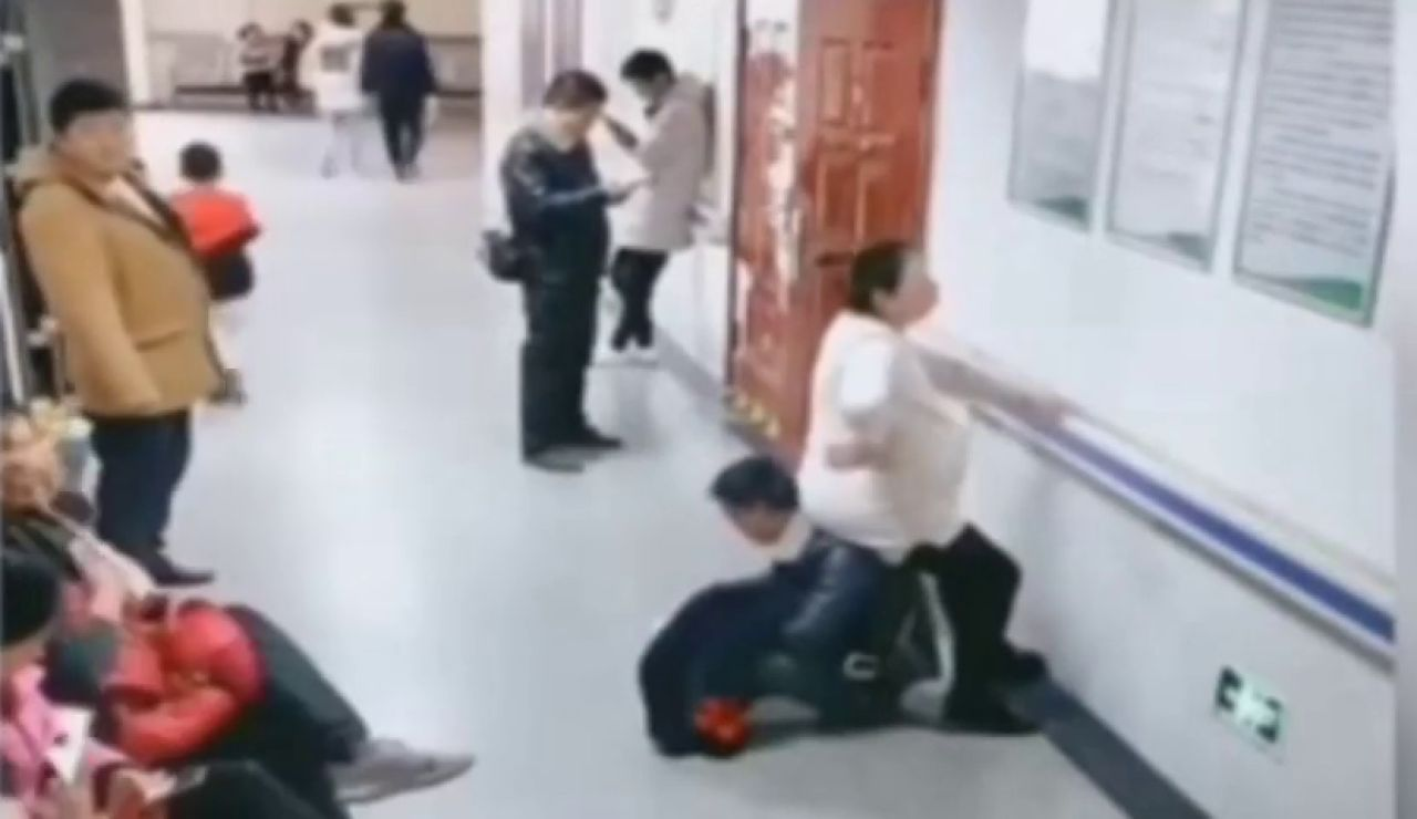 Un hombre hace de 'silla' a su mujer embarazada al ver que nadie le cede su asiento en un hospital de China