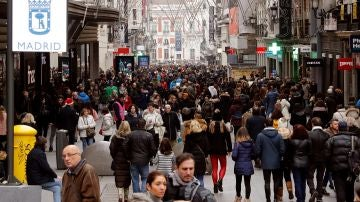Miles de madrileños y turistas recorren las principales arterias de la capital