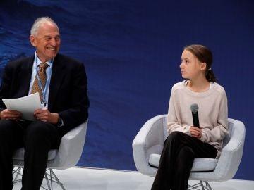El profesor de Política Ambiental Internacional William Moomaw (izq), de la escuela Fletcher, y la joven activista medioambiental sueca Greta Thunberg