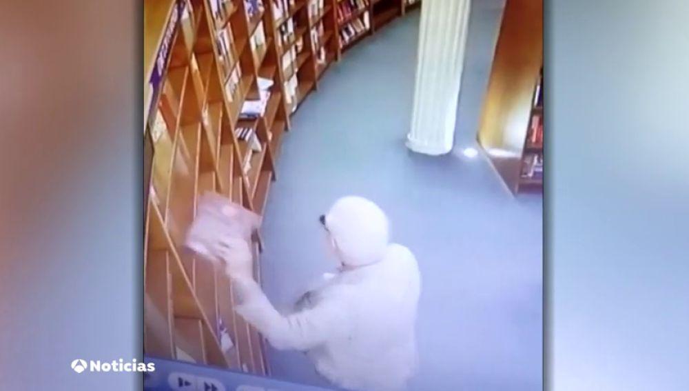 Pillan al embajador mexicano en Argentina robando en una librería