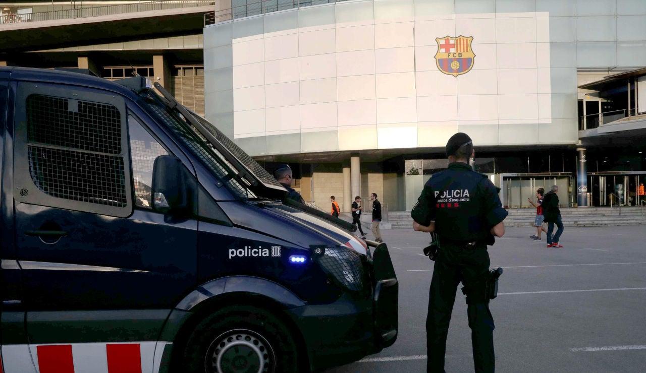 Agentes de los Mossos en los alrededores del Camp Nou