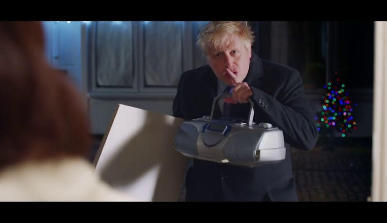 Boris Johnson parodia la clásica escena de 'Love Actually' para pedir el voto en las elecciones