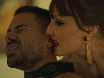 El sexo salvaje de Macarena Medina, interrumpido por el inspector Zapata