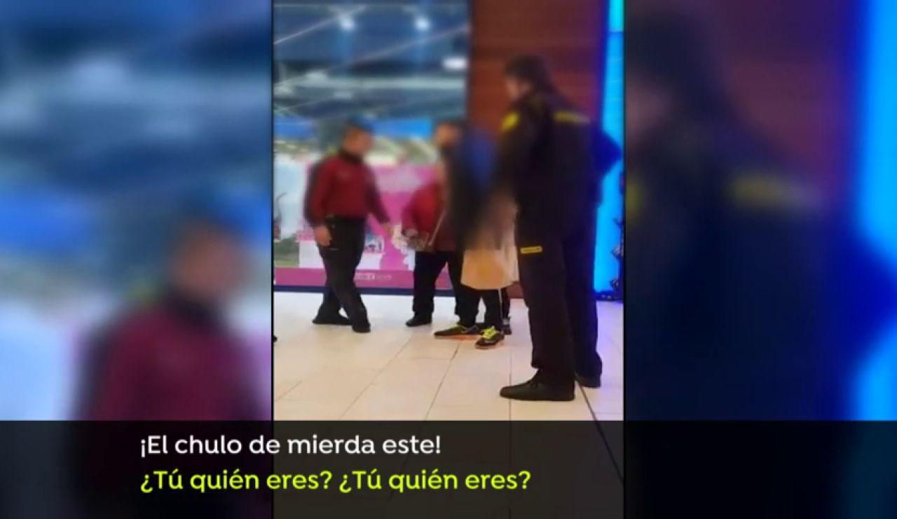 Pelea con insultos y spray de defensa en un centro comercial entre una familia y los vigilantes de seguridad