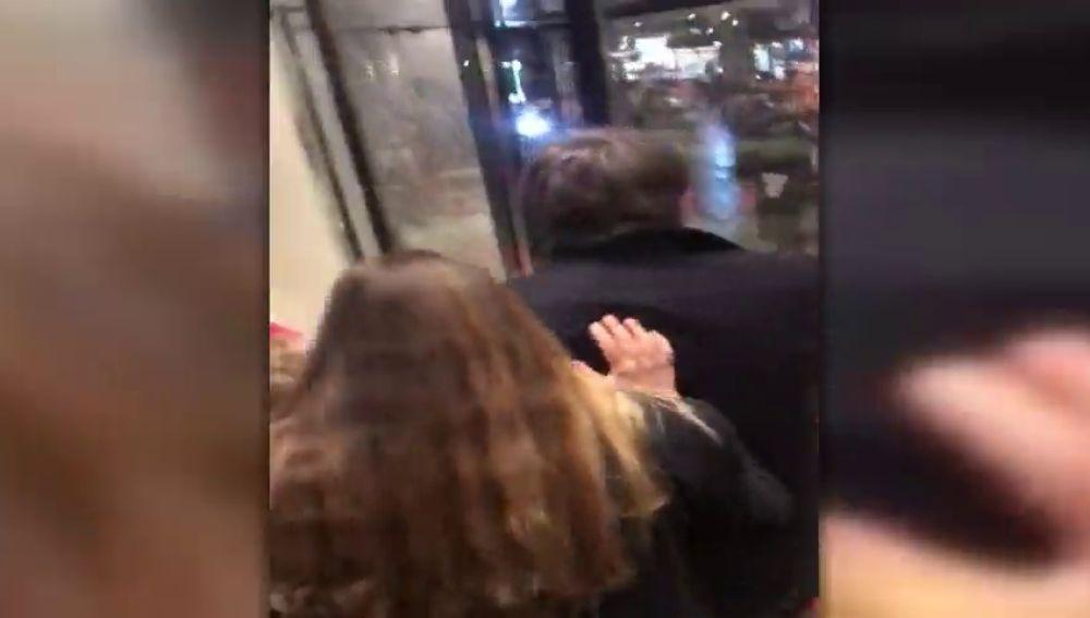 """Un grupo de catalanes increpa a Puigdemont en Bruselas con gritos de """"racista"""" y """"delincuente"""""""