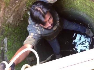 Un hombre rescata a un gato atrapado en un pozo
