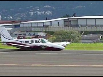 La habilidad de un piloto permite a un avión con turistas tomar tierra sin el tren de aterrizaje en Costa Rica