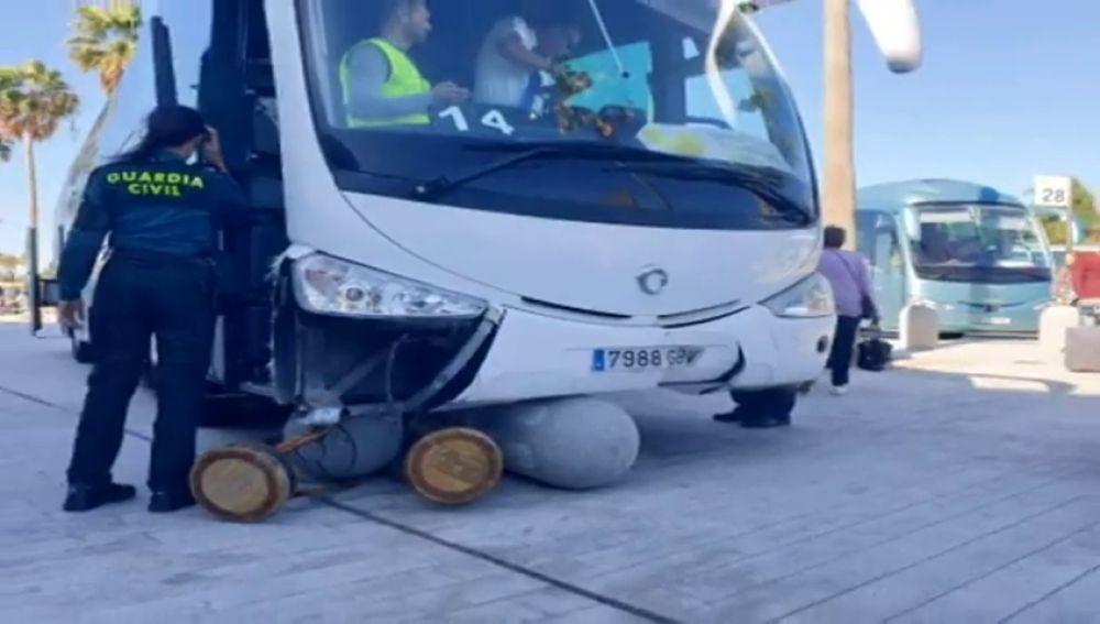 Una guagua fuera de control siembra el pánico en el aeropuerto de Tenerife