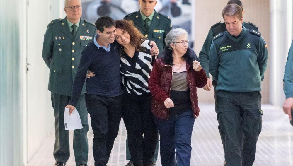 Alberto Encinas (2i), padre de una niña de 11 años liberada en Polonia tras ocho años secuestrada por su madre