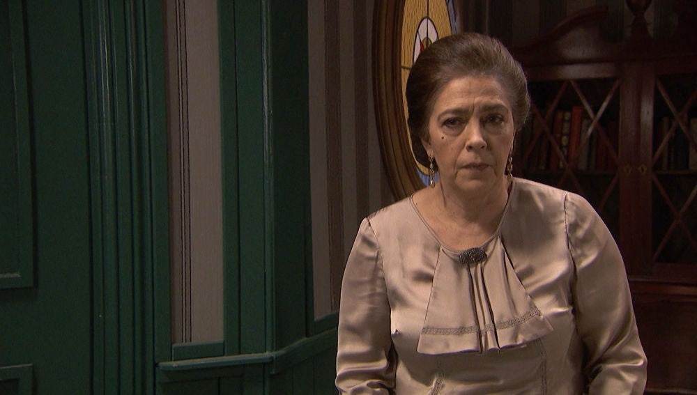 Francisca, a punto de ser descubierta en su escondite secreto