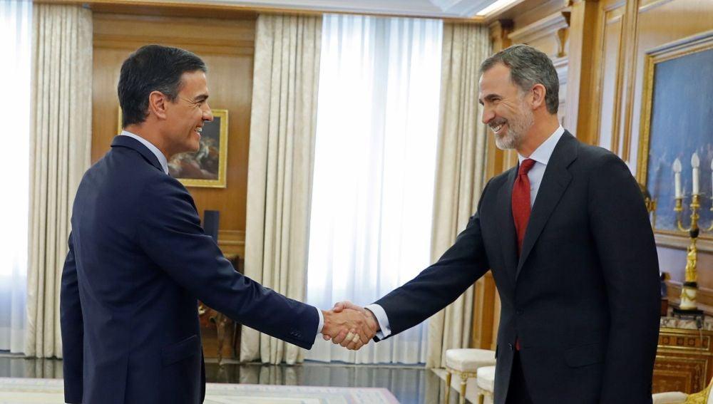 El rey Felipe VI saluda al líder del Partido Socialista PSOE, Pedro Sánchez