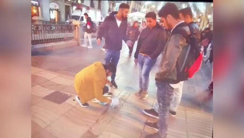 Cuatro jóvenes echan cemento y dañan el memorial de Las Ramblas a las víctimas de los atentados del 17-A