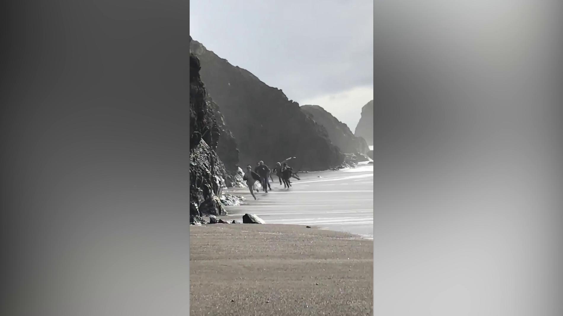 Familia golpeada por una ola