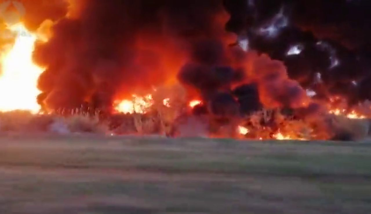 Todos los datos del incendio que arrasa la empresa de reciclaje de Montornés