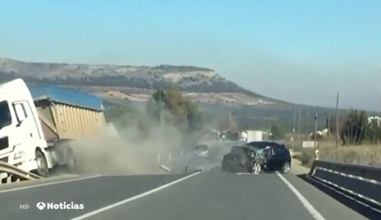 Un conductor drogado invade el carril contrario y choca contra un camión en Antequera