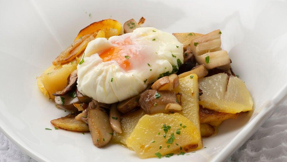 Patatas, hongos y huevo flor
