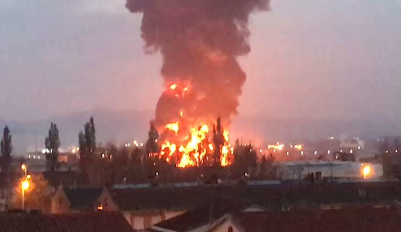 Aparatoso incendio en las instalaciones de una empresa de reciclaje en Montornés del Vallés