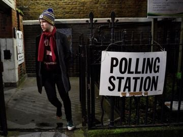Abren los colegios electorales en Reino Unido