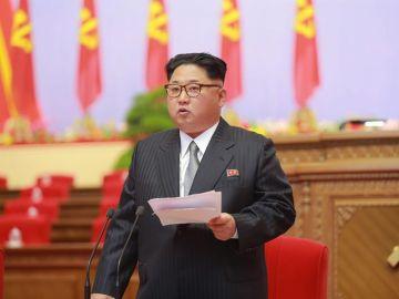 Imagen facilitada por la agencia de noticias KCNA que muestra al líder norcoreano Kim Jong-un