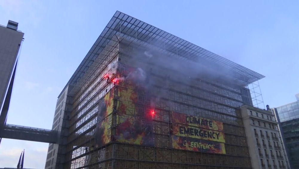 Greenpeace burla la seguridad de la cumbre de jefes de estado en Bruselas con bengalas y una pancarta