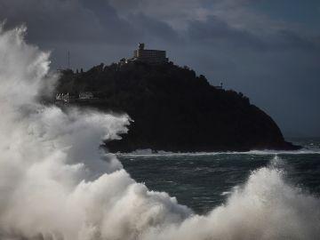 Una gran ola rompe en el Paseo Nuevo de San Sebastián
