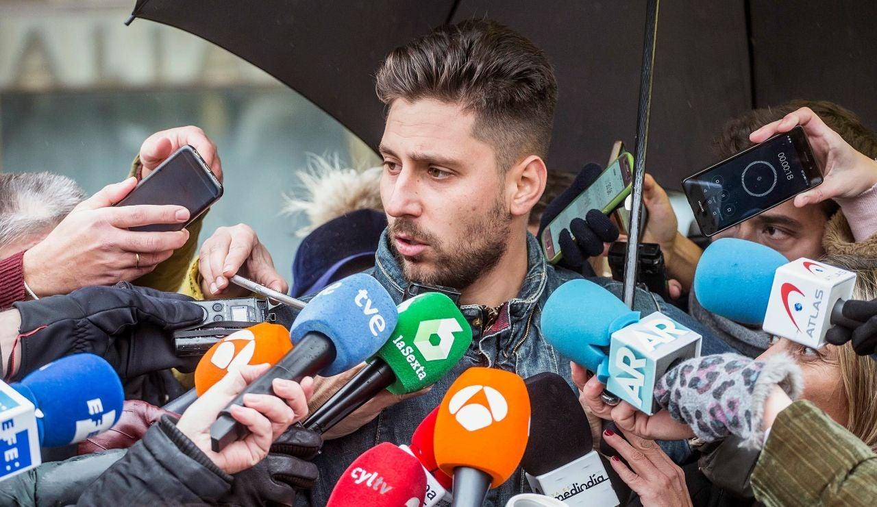 Víctor Rodríguez atiende a los medios