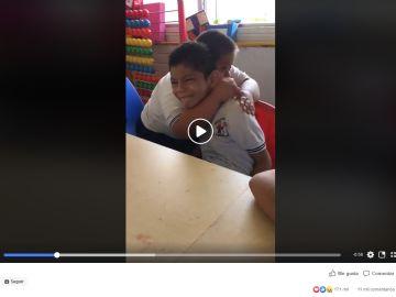 Un niño con síndrome de down abraza a un niño autista