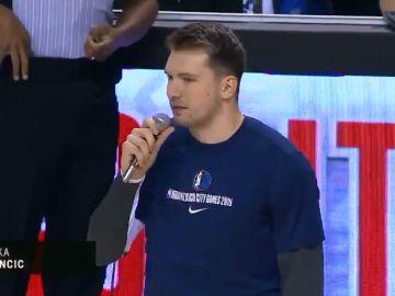 Luka Doncic durante su discurso antes del partido de los Dallas Mavericks