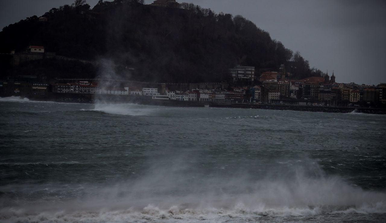 El viento levanta el agua en la bahía de La Concha