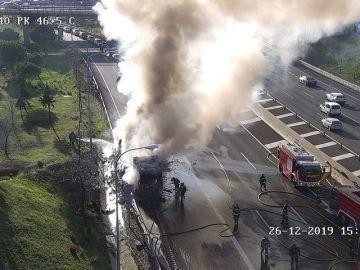 Un camión arde en la M-40