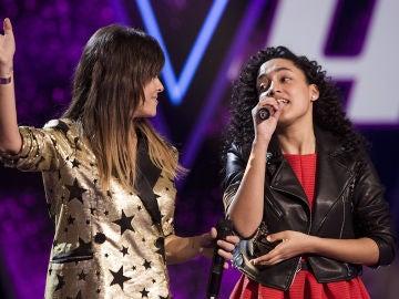 Vanesa Martín y Aysha Bengoetxea, emoción y sentimiento cantando 'Polvo de mariposas' en la Gran Final de 'La Voz Kids'