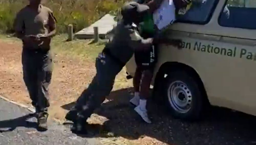 La brutalidad de unos guardias con el ciclista Nicolas Dlamini: le detienen y le rompen el brazo