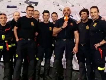 Los bomberos de Comunidad de Madrid 'encienden' la Navidad en el plató de Antena 3 Noticias