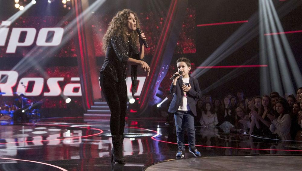 Rosario Flores y Daniel García, ritmo y complicidad cantando 'Yo me niego' en la Gran Final de 'La Voz Kids'