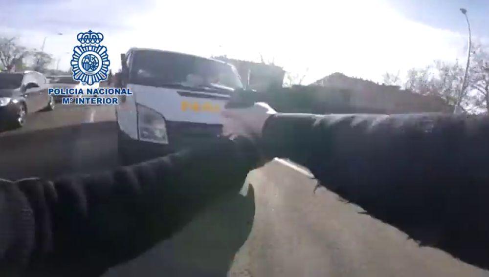 Espectacular persecución en Madrid a un hombre que robó una furgoneta de reparto con regalos de Navidad de Amazon