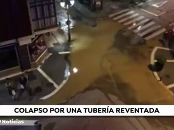 El reventón de una tubería en Asturias provoca cortes de agua y problemas de tráfico