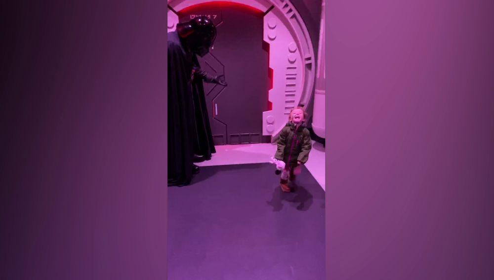 El momento en que una niña fan de Star Wars conoce a Darth Vader