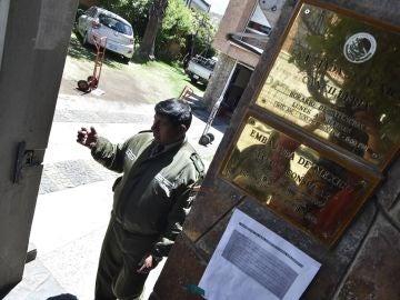 Un miembro de la Policía Boliviana en el acceso de la Embajada de México