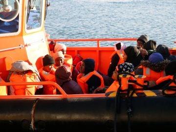 Salvamento Marítimo ha rescatado esta noche a 28 inmigrantes de una patera