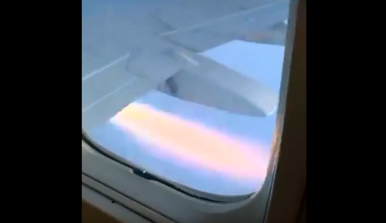 El motor incendiado del avión en el que viajan los Kansas Jayhawks
