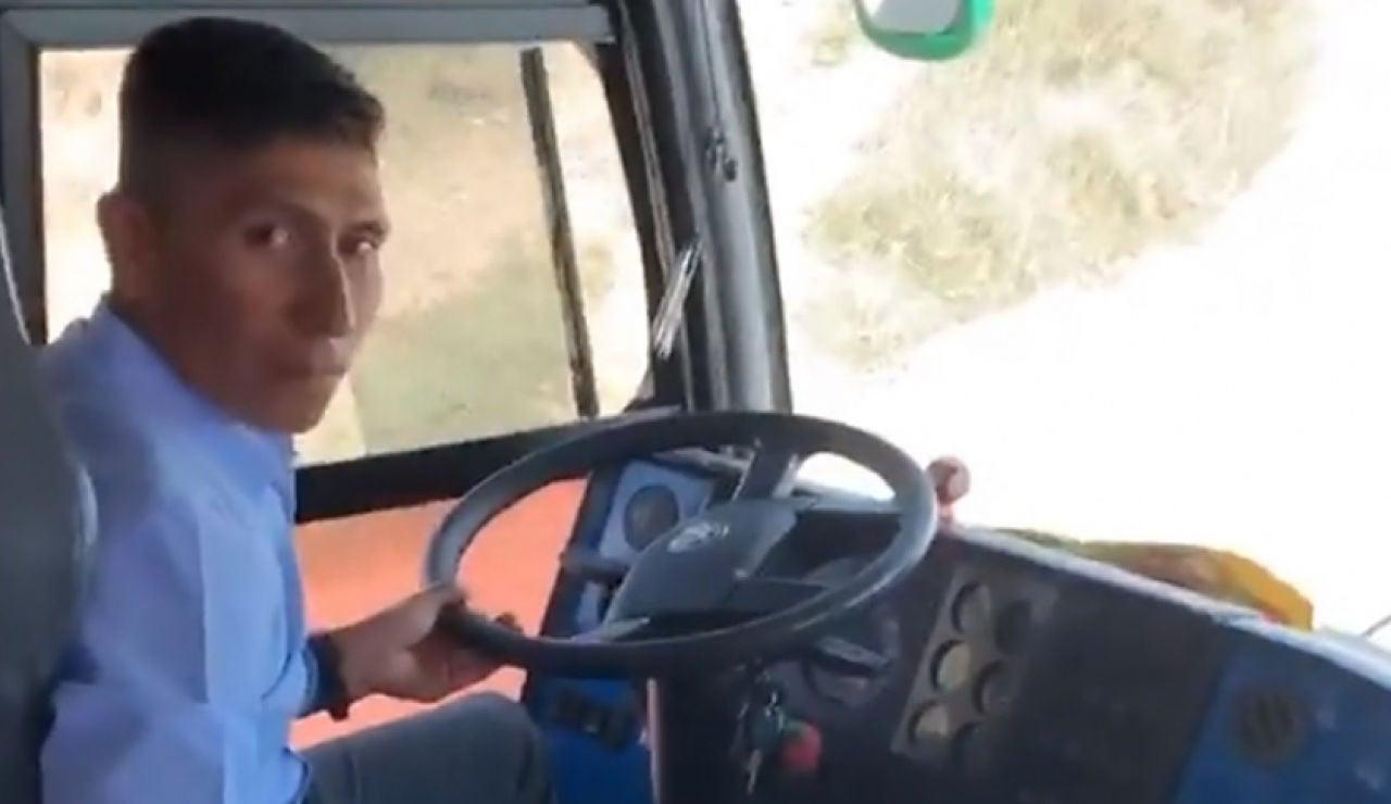 Nairo Quintana conduciendo un autobús s