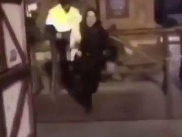 Graban como una joven roba una oveja del Belén de Zaragoza