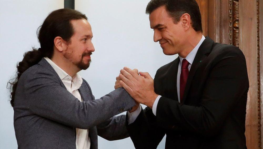 Ingreso Mínimo Vital: El candidato a la investidura, Pedro Sánchez, y el líder de Podemos, Pablo Iglesias, estrechan sus manos tras el acto de firma del acuerdo programático (Archivo)