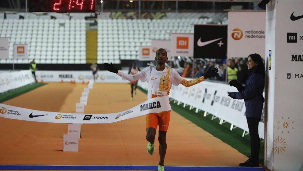 Abdi cruzando la meta