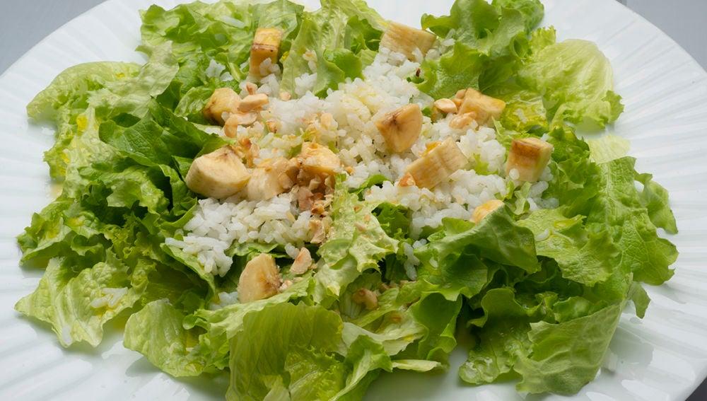 Ensalada de lechuga, arroz y plátano