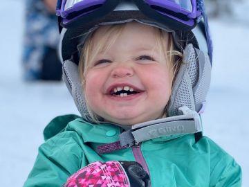 Un niño hace snowboard