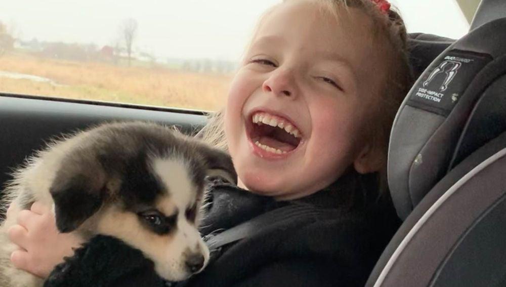 Niña con parálisis cerebral recibe un perro